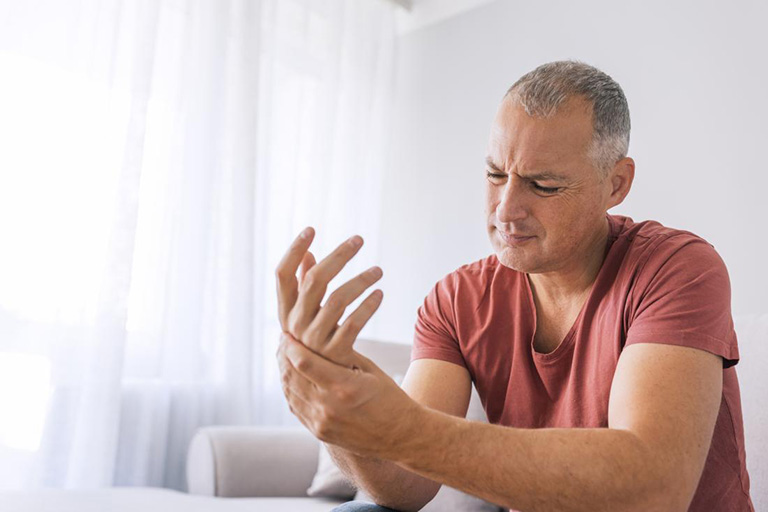Tê bì chân tay sau tai biến là triệu chứng phổ biến của rối loạn cảm giác và tổn thương não bộ