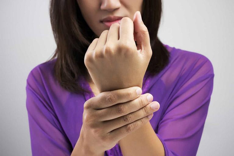 nguyên nhân gây tê đầu ngón tay