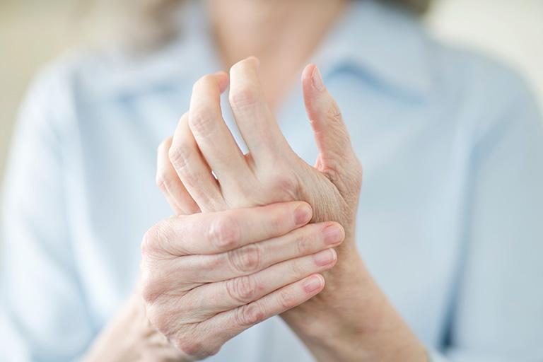 Tê tay là sự suy giảm hoặc mất cảm giác ở bàn tay hoặc/ và các ngón tay