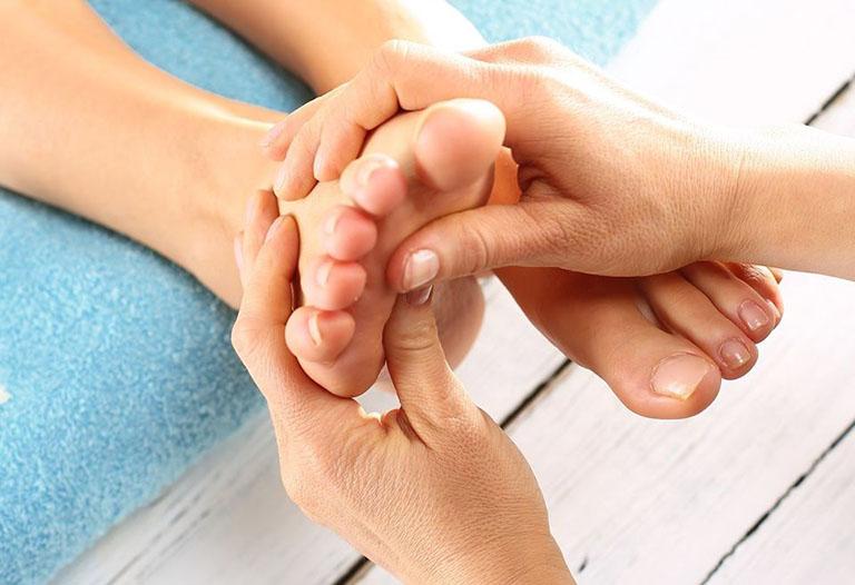 Xoa bóp ngón và bàn chân