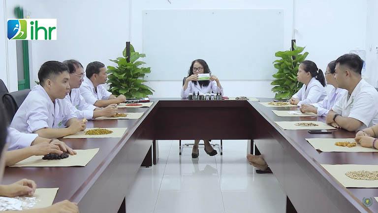 Các bác sĩ Viện Nghiên cứu bệnh cơ xương khớp Việt Nam đề xuất phương án điều trị bệnh ở cơ xương khớp ở dân văn phòng