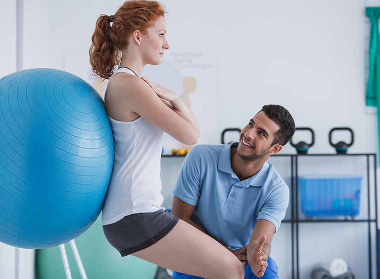 Bệnh nhân vật lý trị liệu theo sự hướng dẫn của bác sĩ chuyên khoa