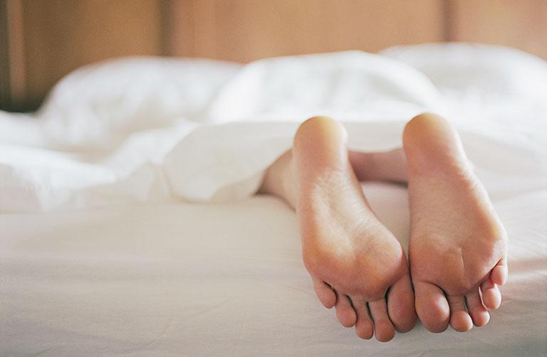 chuột rút bắp chân khi ngủ dậy