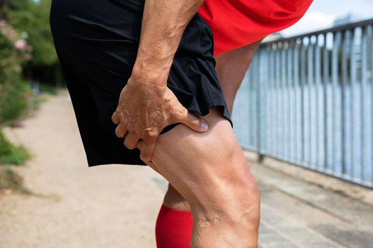 đau khớp háng do căng cơ