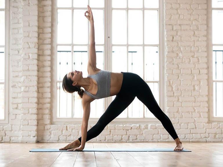 Bài tập yoga tư thế tam giác (Trikonasana)