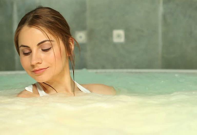 Ngâm mình trong bồn nước ấm