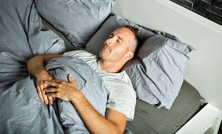 tư thế nằm ngủ cho người gãy xương đòn