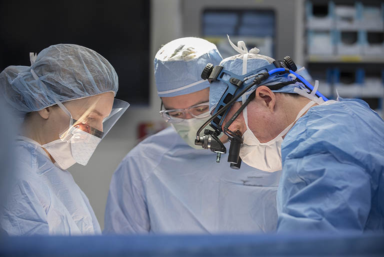Phẫu thuật nạo vết thương hoặc phẫu thuật cắt bỏ xương kết hợp ghép xương