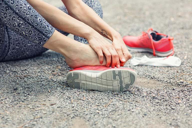 Đi giày bị đau ngón chân
