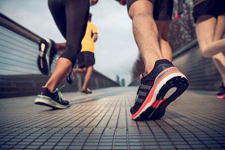 Lựa chọn những đôi giày vừa vặn, đế có độ cao vừa phải, miếng lót giày dày giúp hỗ trợ vòm chân