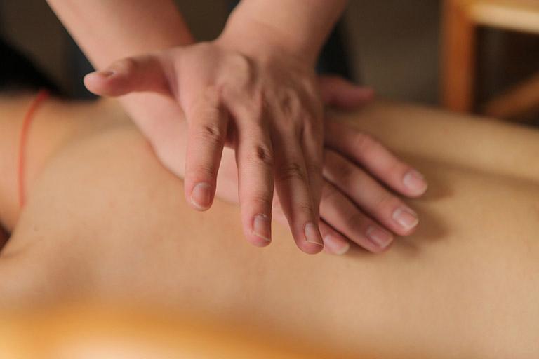 Động tác xoa thường được sử dụng ở những nơi có sưng đỏ và phần bụng