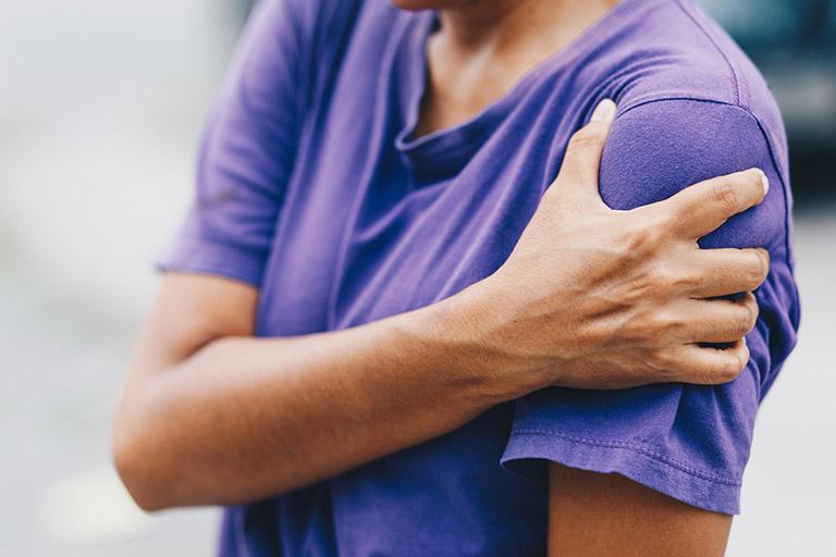 Triệu chứng và dấu hiệu nhận biết viêm chóp xoay vai