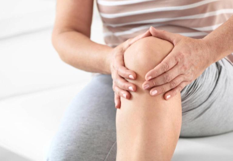Cứng khớp gối khiến bệnh nhân khó gập - duỗi, hạn chế cử động khớp