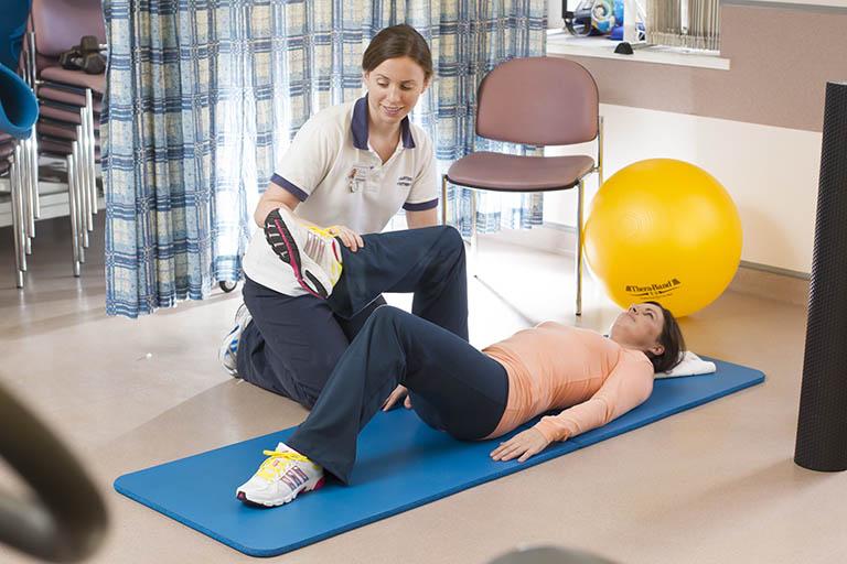 Vận động nhẹ nhàng kết hợp các bài tập vật lý trị liệu