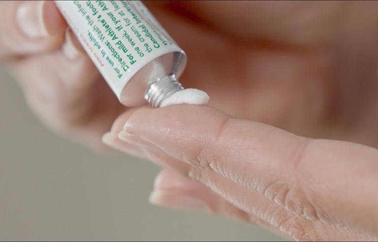 Trẻ em dùng thuốc bôi thường nhạy cảm hơn với biểu hiện ức chế tuyến thượng thận