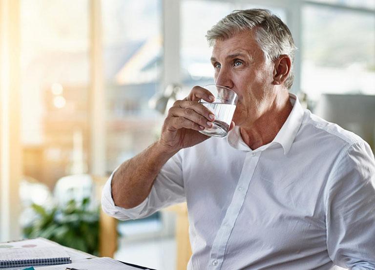 Uống 6 viên Glucosamine DHC mỗi ngày cùng với nhiều nước lọc